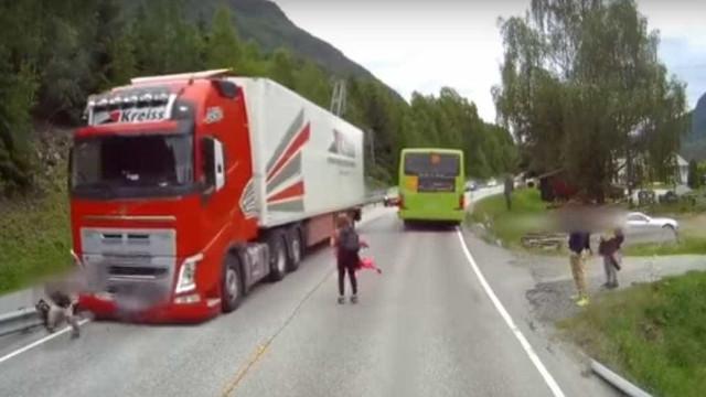 Criança escapa por milagre a atropelamento de camião