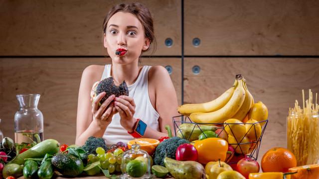 Porque é que comer depressa engorda e comer devagar não?