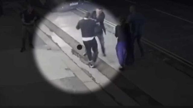 Irmãos agridem violentamente várias pessoas à porta de bar