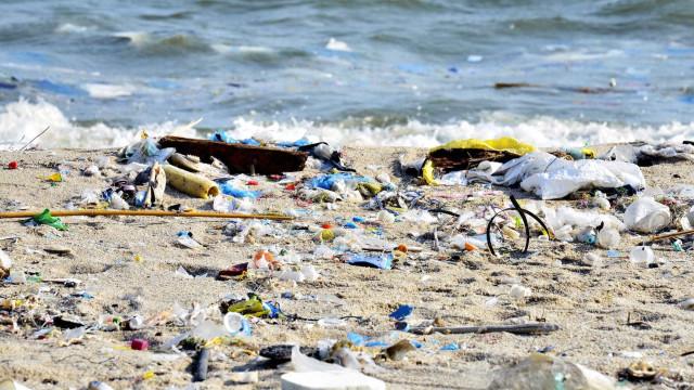 Quase 80 mil toneladas de lixo plástico ocupam no mar 'três Franças'