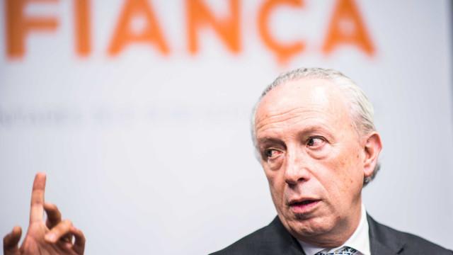 """Santana Lopes diz que Centeno está """"a embandeirar em arco"""" com o novo OE"""