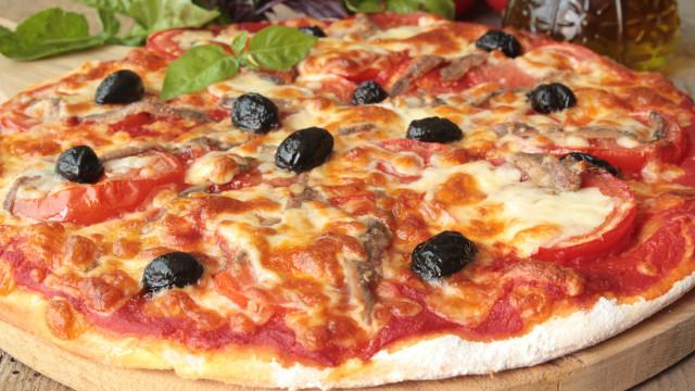 Cansado das pizzas de supermercado? Esta é barata e faz-se na frigideira