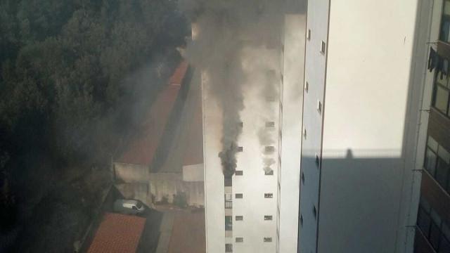 Bombeiros combatem incêndio em apartamento em Coimbra