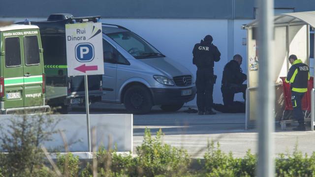 Após 24 horas, homem continua barricado em supermercado