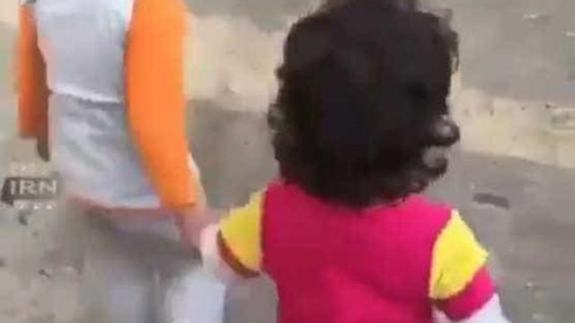 Menino iraniano leva amiga para ser alimentada após terramoto