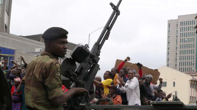 Zimbabué: Militares travam milhares em direção ao palácio presidencial