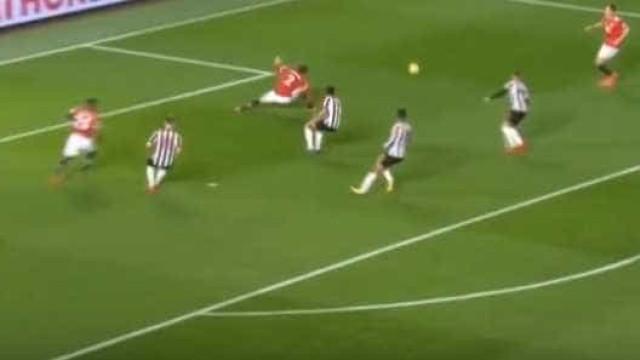 Defesa do United 'meteu água' e Lindelof até escorregou