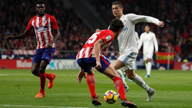 Atlético e Real empatam no dérbi de Madrid e afastam-se do líder Barça