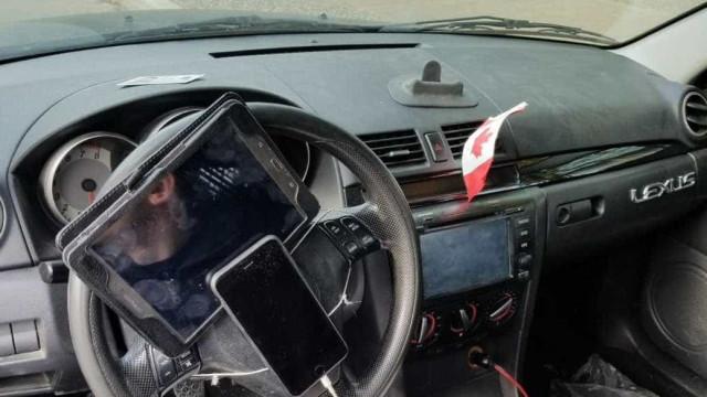 Condutor apanhado com tablet e telemóvel no volante. Surpresa é a multa