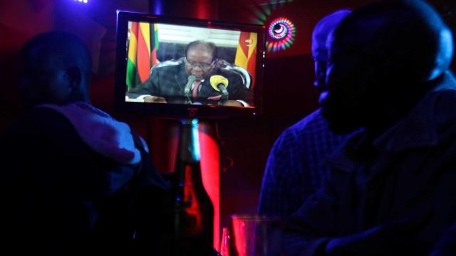 Mugabe falou e não mencionou qualquer saída. Destituição irá prosseguir