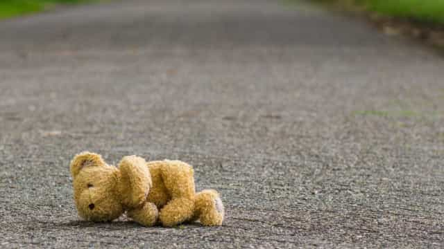 Menino de 3 anos encontrado a vaguear sozinho, descalço, na rua