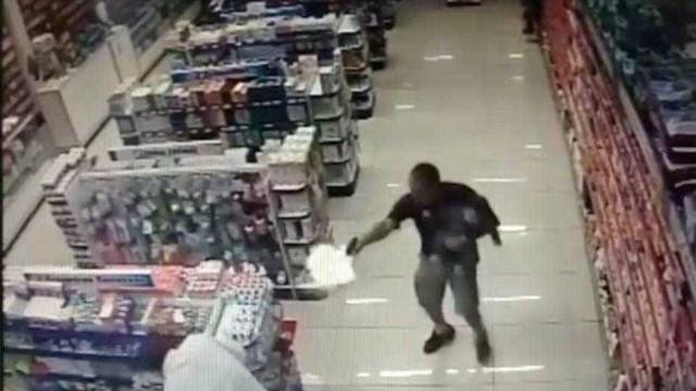 Polícia de folga mata assaltantes com o filho ao colo