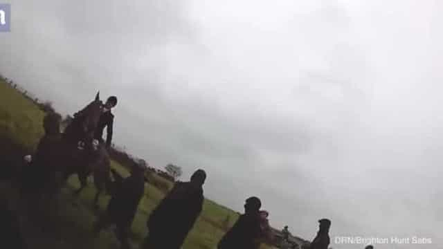 Mulher vive momento de pânico quando homem lhe tenta segurar cavalo