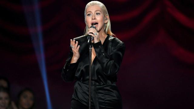 Christina Aguilera posa com peito à mostra em produção de novo álbum