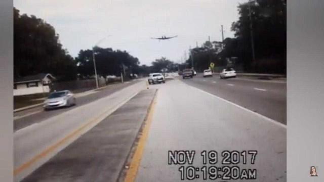 EUA: Avioneta despenha-se em autoestrada sem fazer um único ferido