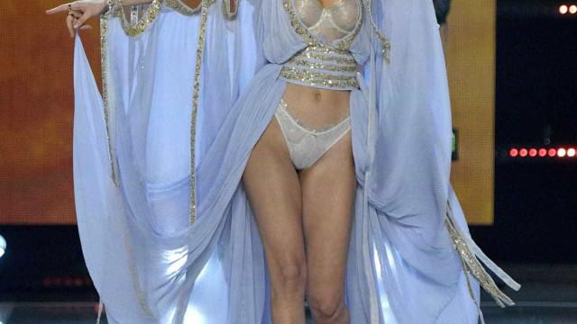 Bella Hadid acabou por mostrar mais do que o suposto no desfile