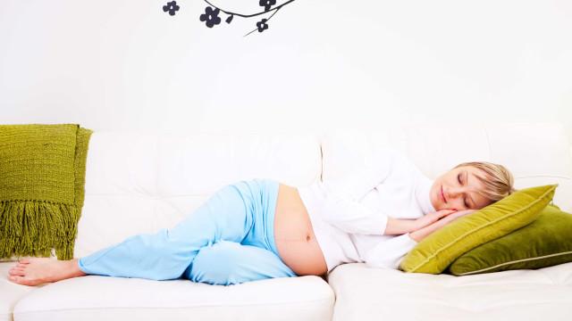 É por este motivo que as grávidas devem dormir de lado