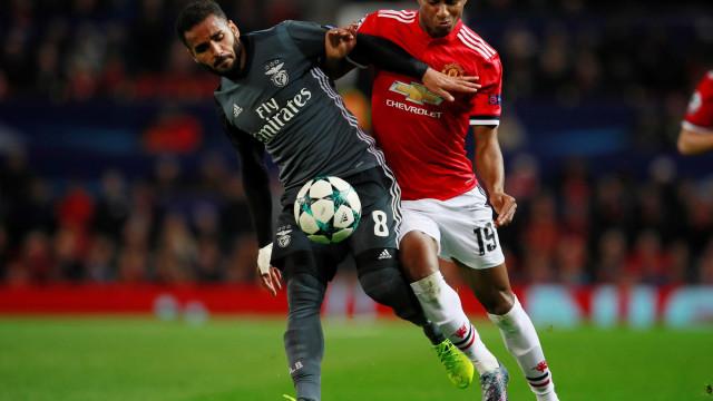 UOL Esporte: Benfica pondera 'devolver' Douglas ao Barcelona