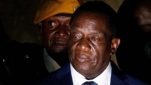Presidente do Zimbabué muda equipa um dia depois de ter anunciado nomes