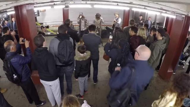 Disfarçados, músicos dos Maroon 5 e Fallon tocam em estação de metro