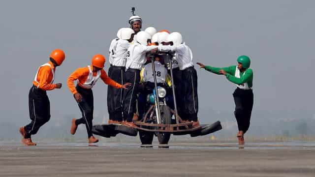 Bateu-se um novo recorde na Índia: 58 homens em cima de uma mota