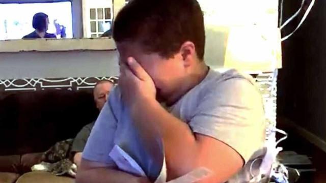A prenda de Natal antecipada que deixou este menino em lágrimas