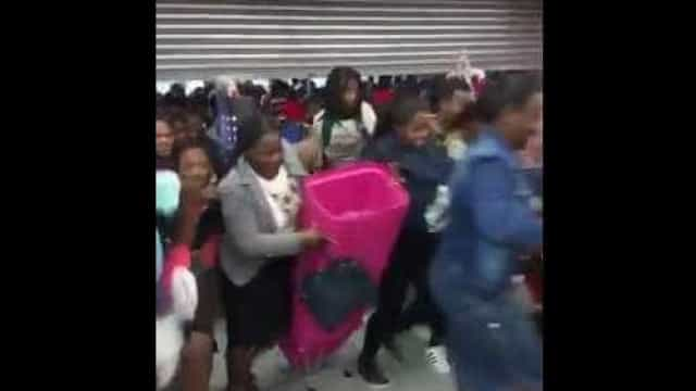 Filas e empurrões na Black Friday nos EUA. Eis as imagens