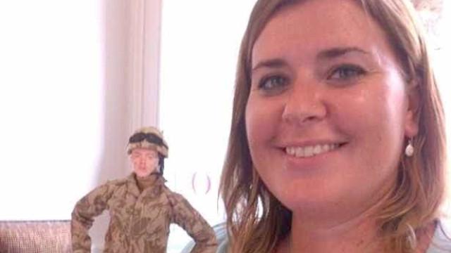 Mulher de militar viaja com boneco quando marido está em missão