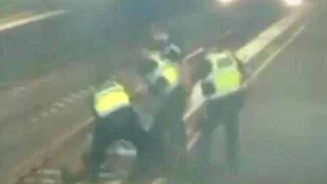 Mulher salva por polícias segundos antes de ser colhida por comboio
