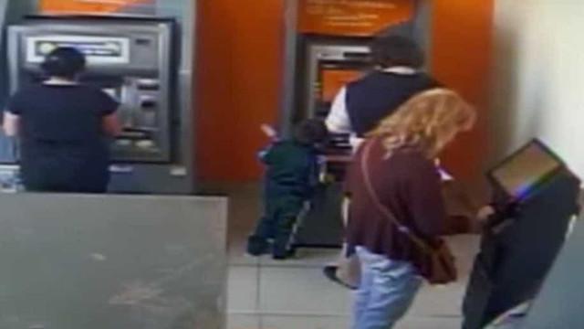 Criança de quatro anos apanhada a roubar em caixas multibanco