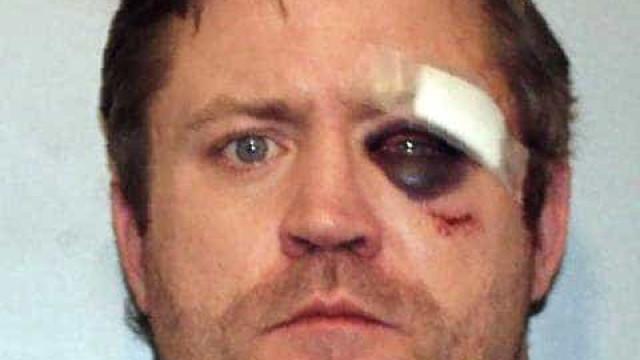 Criança de oito anos ferida em acidente de carro enquanto conduzia