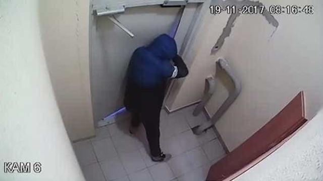 Homem bêbedo passa 3 horas a tentar derrubar porta que estava destrancada