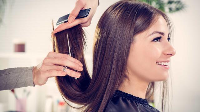 É melhor cortar o cabelo quando está seco ou quando está molhado?