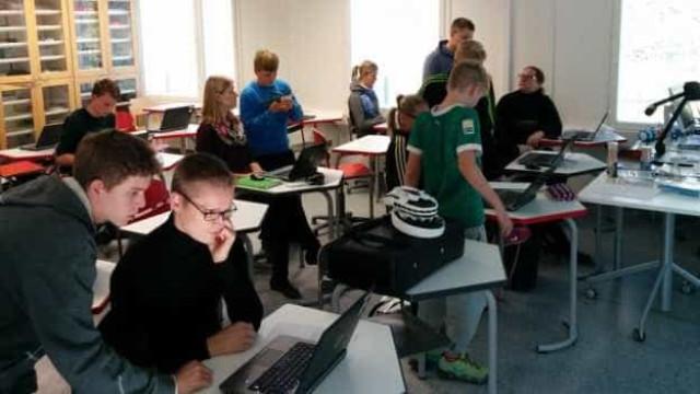 Finlândia volta a surpreender: Alunos ensinam tecnologia a professores