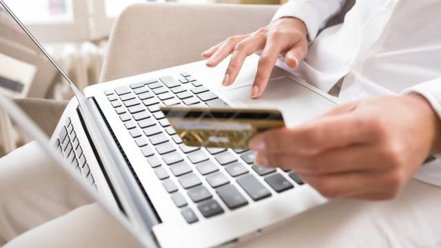 Bruxelas adota normas para tornar mais seguros pagamentos eletrónicos