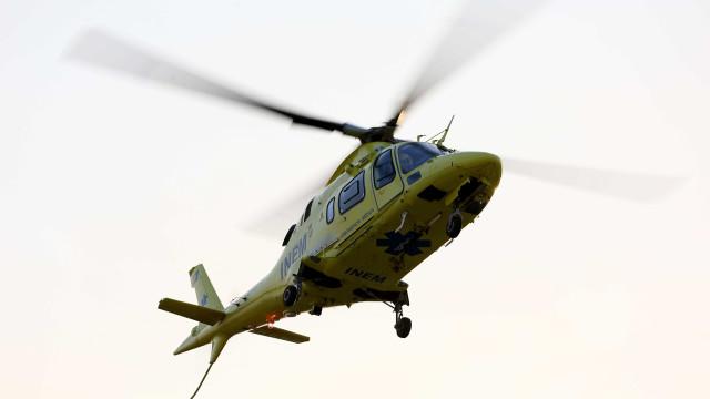 Cinco feridos em colisão. Um levado de helicóptero para o hospital