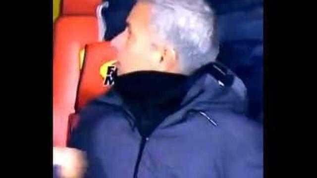 Ashley Young marcou de livre e Mourinho reagiu de forma insólita