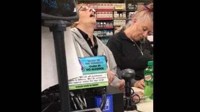 Funcionárias drogadas atendem cliente. Este vídeo é um alerta