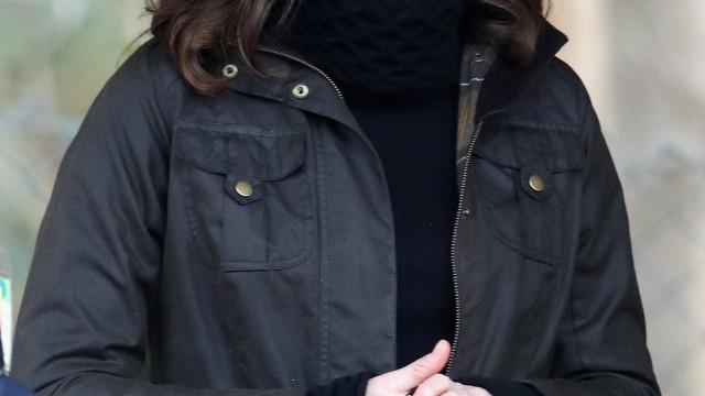 Kate Middleton opta por visual descontraído em compromisso oficial