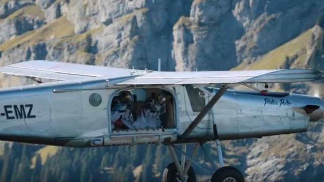 Saltar de um avião? Não. Estes paraquedistas saltaram para um avião
