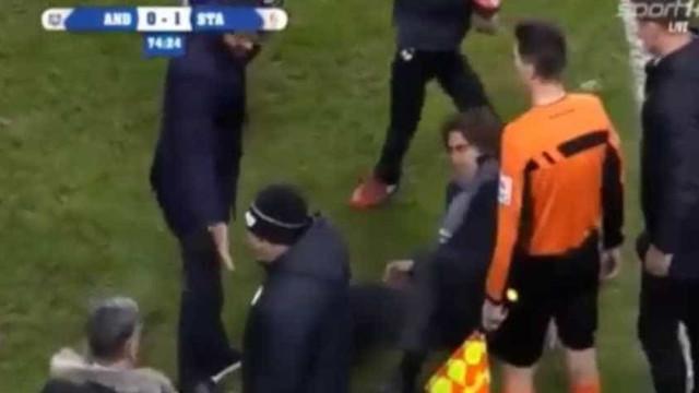 Sá Pinto queixa-se de ser atingido por copo de cerveja... e acaba expulso