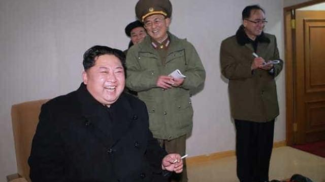 Kim Jong-un ri de contentamento no lançamento de míssil. Eis as imagens