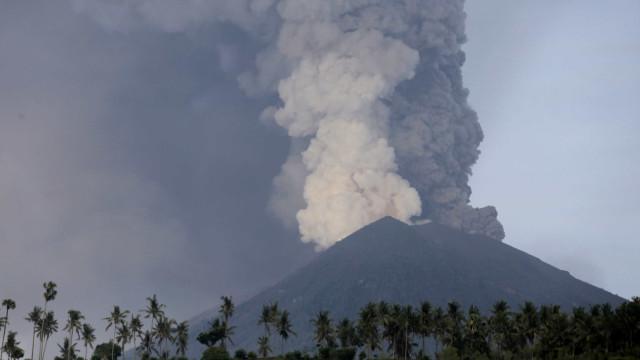 As imagens de um vulcão em risco iminente de erupção vulcânica