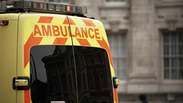 Cinco pessoas atropeladas em Londres. Ocupantes do carro fugiram a pé