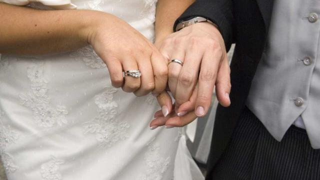 Na Rússia a aliança de casamento é na mão direita. Sabe porquê?