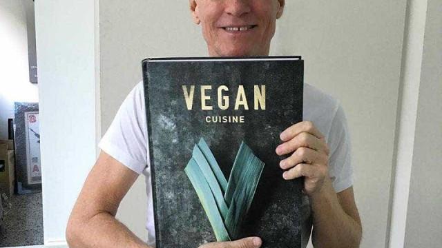 """Bryan Adams apela a dieta vegan: """"Deixei de comer animais aos 28 anos"""""""