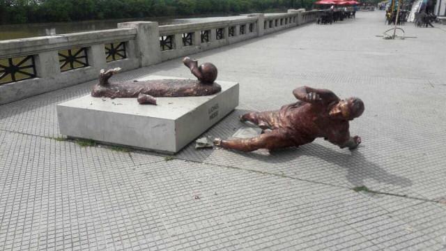 Estátua de Leo Messi volta a ser alvo de vandalismo