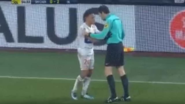 Ex-jogador do Benfica levou a mão à cara do árbitro