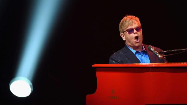 """De luto, Elton John fica em """"choque"""" com perda de familiar"""