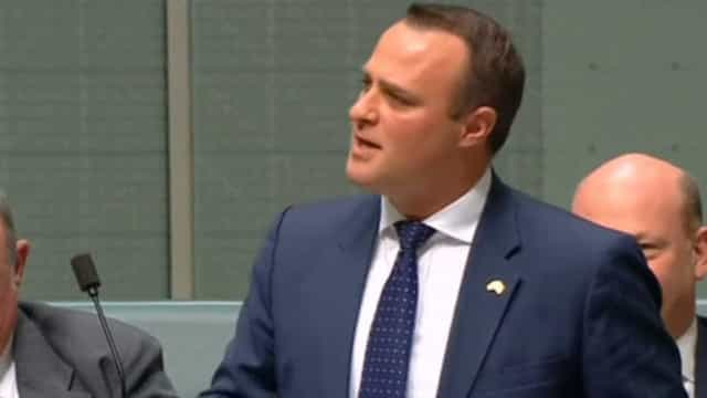 Deputado australiano pede companheiro em casamento no parlamento